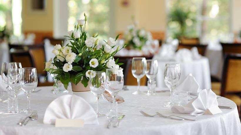 Mesa para almoço formal com arranjo floral