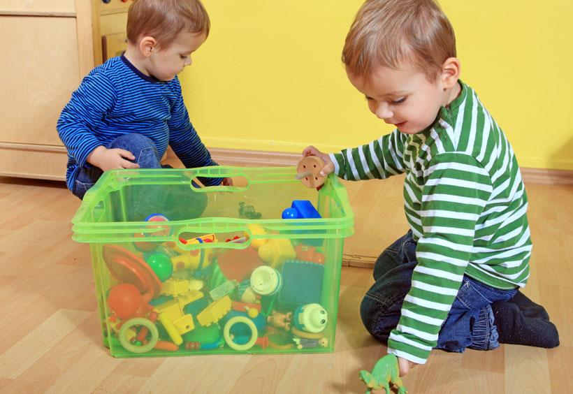 Crianças guardando brinquedos