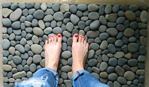 Como fazer um tapete relaxante com pedras