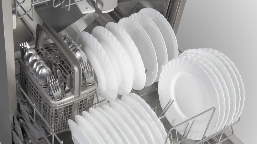 máquina de lavar louça com pratos e talheres