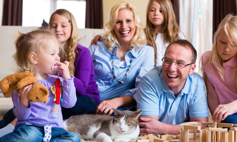Família feliz com o seu gatinho