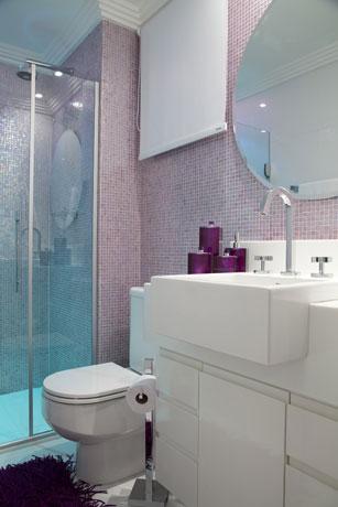 Banheiro com pastilhas lilases