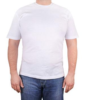 Homem com camiseta branca