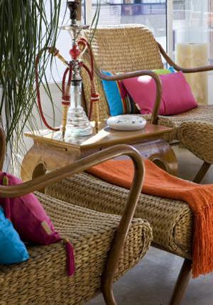 móveis de palha com almofadas coloridas