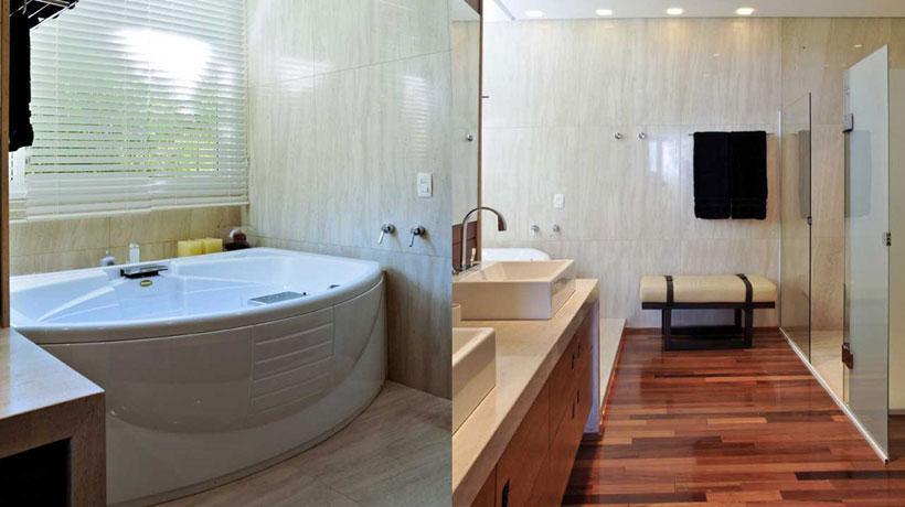 Banheiro com banheira e piso de mandeira