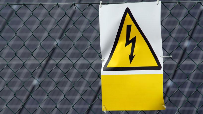cerca elétrica com cartaz indicando choque