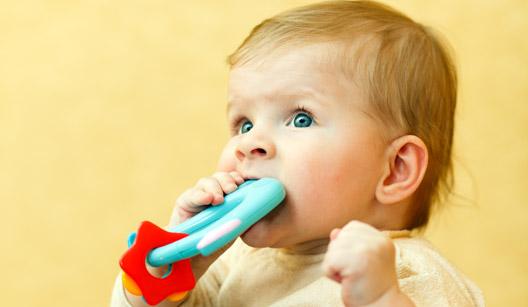 Bebê com mordedor na boca