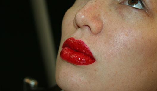 Mulher usando batom vermelho
