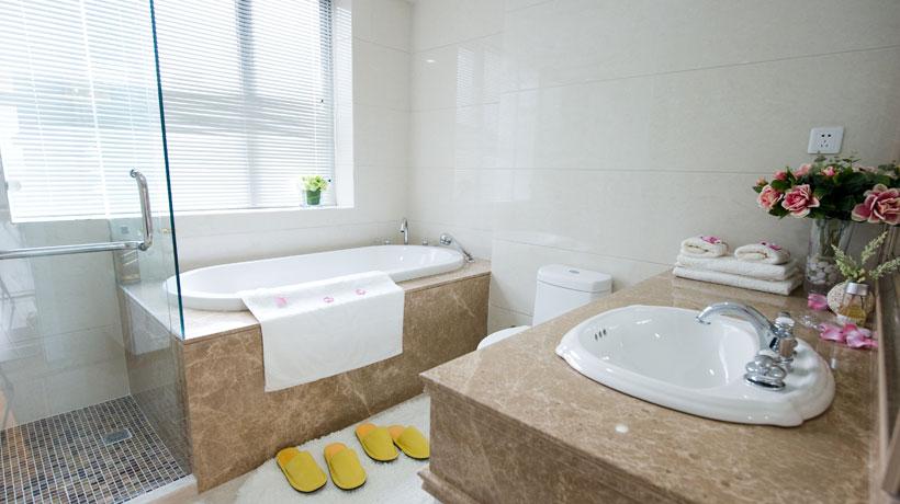Banheiro com banheira de embutir