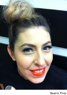 Mulher maquiada com batom laranja