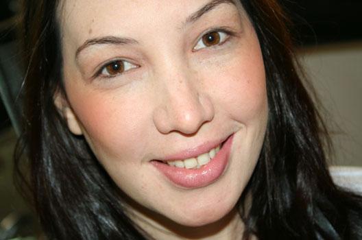 Mulher com maquiagem de blush vermelho