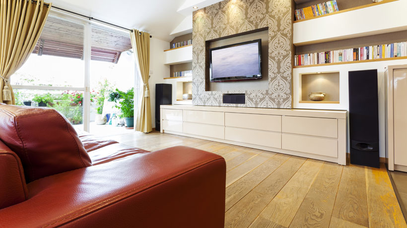 Sala de TV com estante