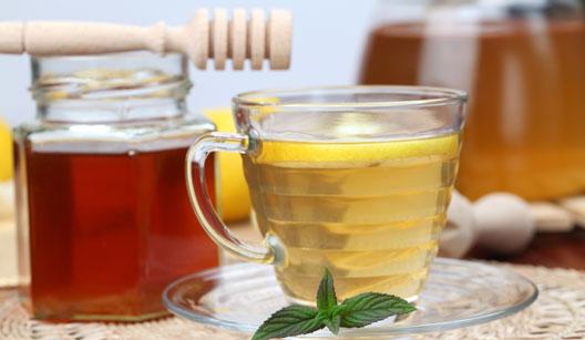Xícara de chá e pote de mel