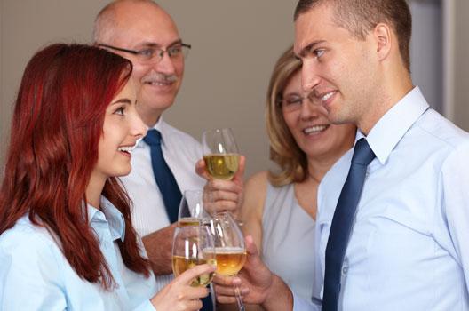 Casal comemorando com os pais