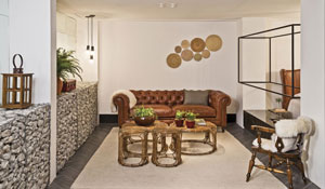 Sala e quarto com materiais rústicos
