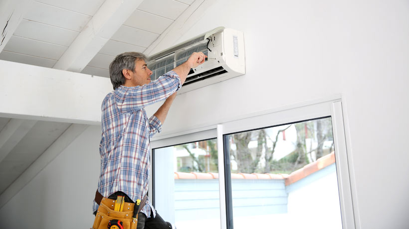 Homem limpando o ar
