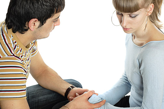 homem segurando mão da mulher