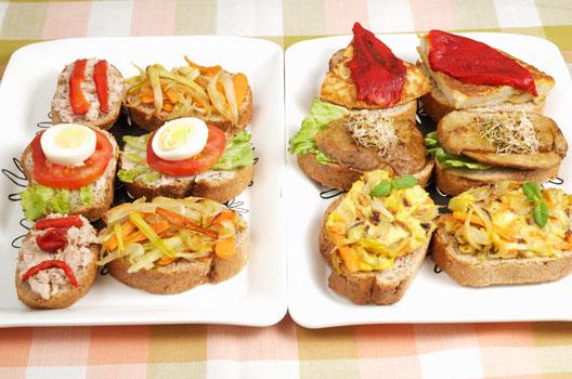 Dois pratos com tapas espanholas