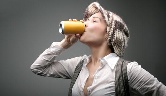 Moça bebendo energético