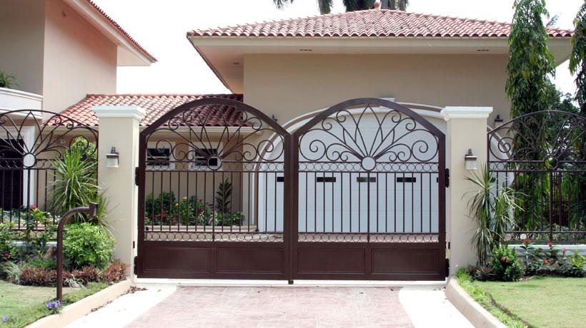 Portão de ferro na cor marrom