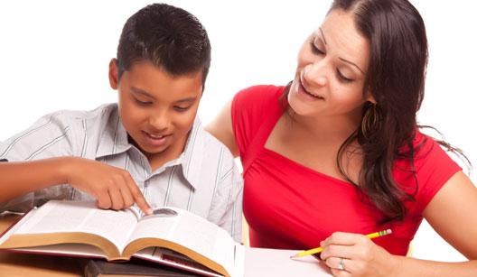 Mãe estudando com filho