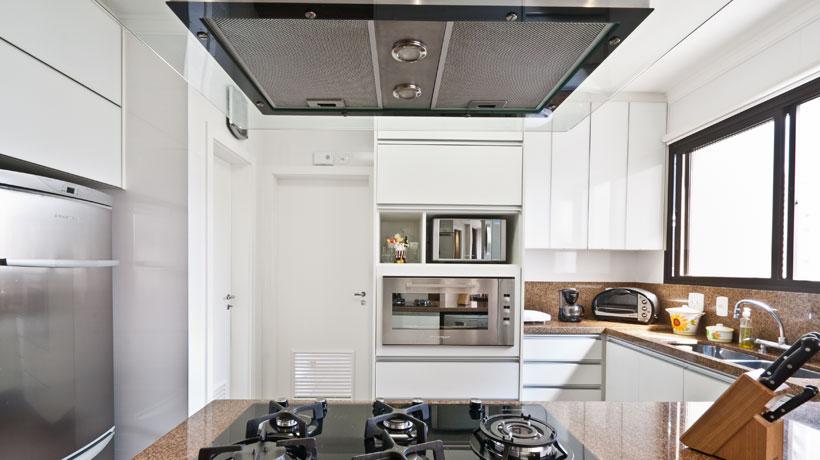 Bancada com cooktop e coifa iluminada