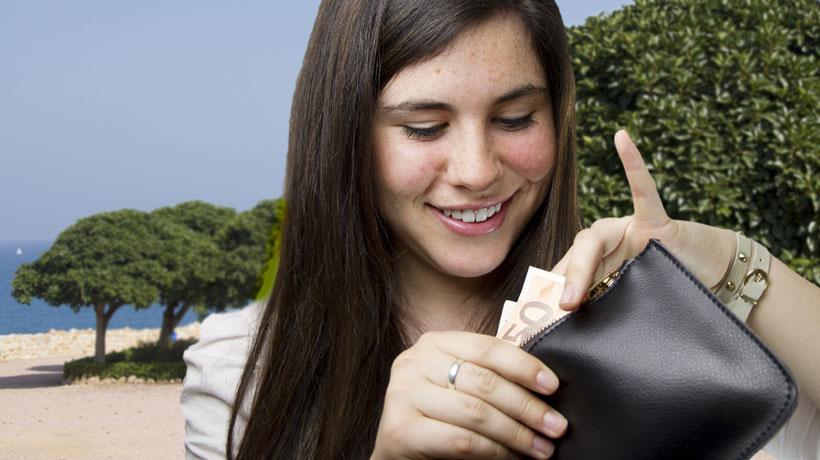 Mulher tirando dinheiro da carteira