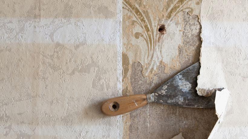 Espátula removendo revestimento da parede