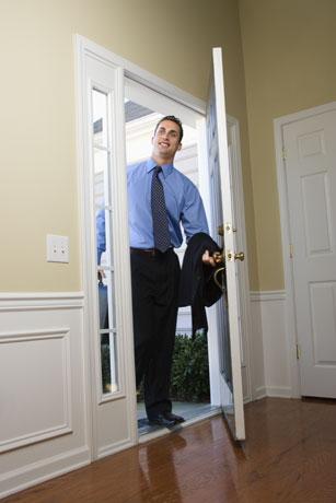 Homem entrando em casa