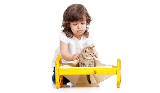 menina brincando com o gato