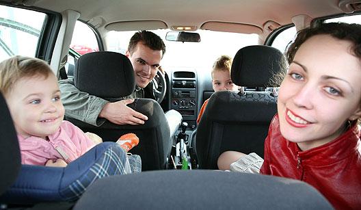 Família dentro do carro