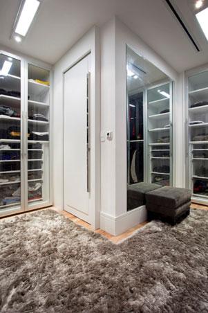 Closet com puff e tapete forto
