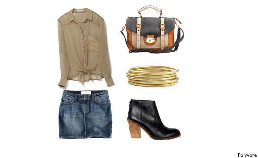 Minissaia jeans, blusinha bege, bolsa colorida, pulseiras e bota preta