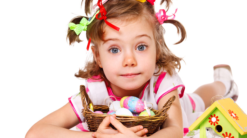 Menina com cesta de ovos coloridos