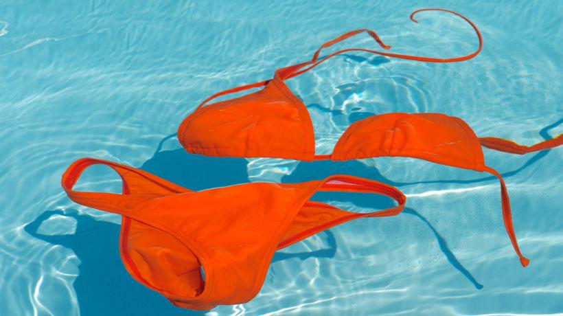 biquíni alaranjado dentro da piscina