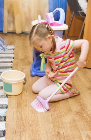Menina empurrando um carrinho de limpeza