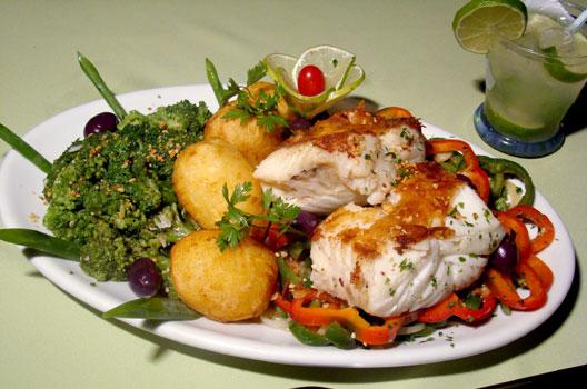 bacalhau com batatas, brócolis e pimentão