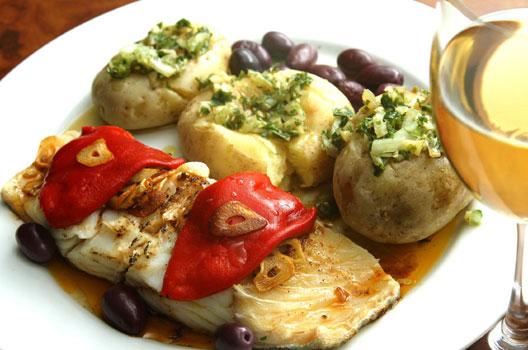 Bacalhau com batatas, pimentão e azeitonas