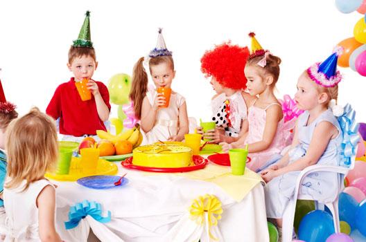 Crianças comemorando aniversário