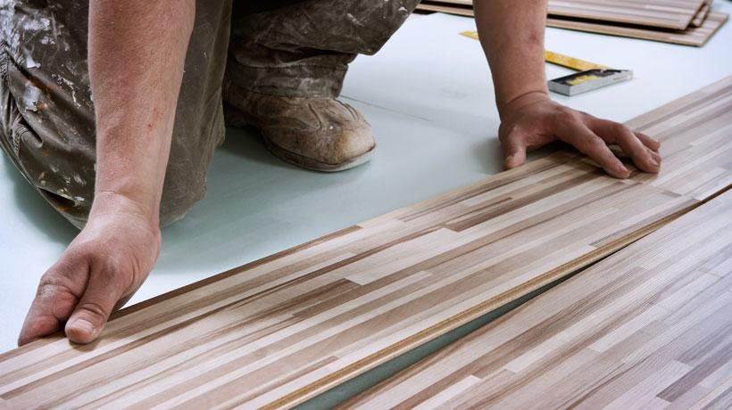 homem instalando piso de madeira