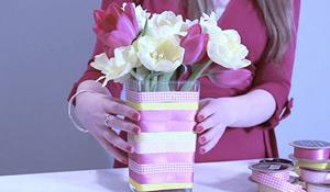 Como incrementar um vaso com fitas coloridas