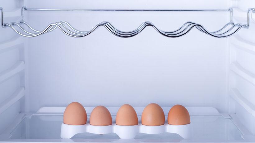 Ovos dentro da geladeira