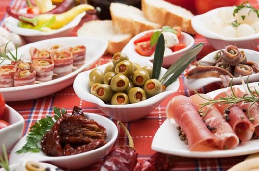 Mesa de frios com azeitonas e tomates secos