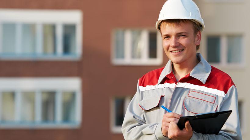 Engenheiro fazendo laudo do prédio
