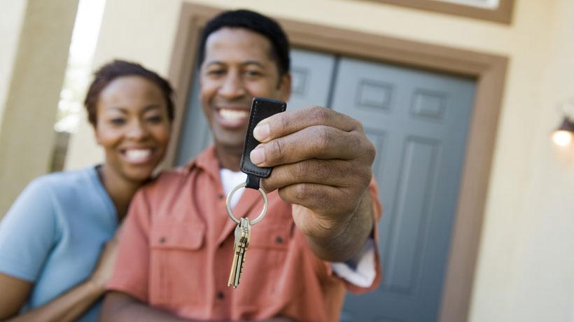 casal segurando chaves da casa