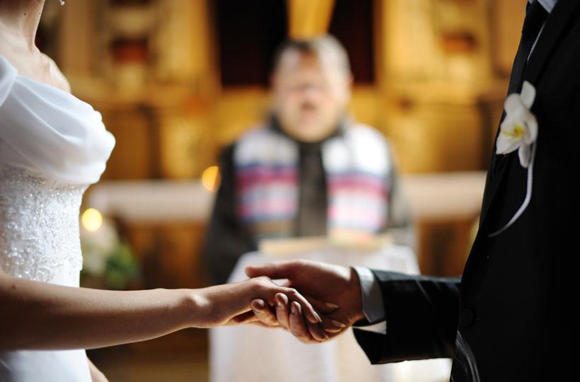 Casal de mãos dadas se casando