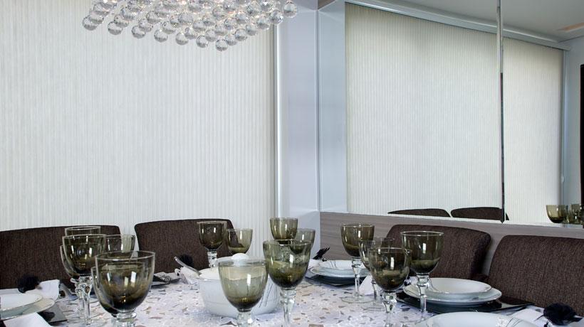 Espelho ao fundo da mesa de jantar