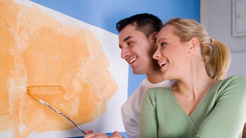casal pintando parede