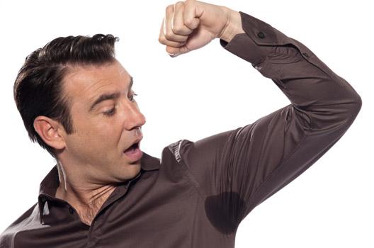 Homem com marca de transpiração