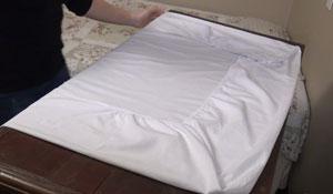 Como dobrar lençol com elástico